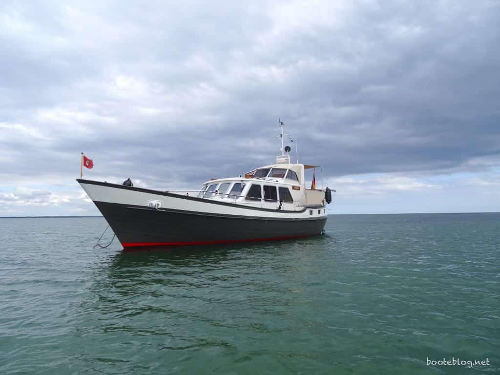 Seegehendes Motorboot und Motorkreuzer JULIUS