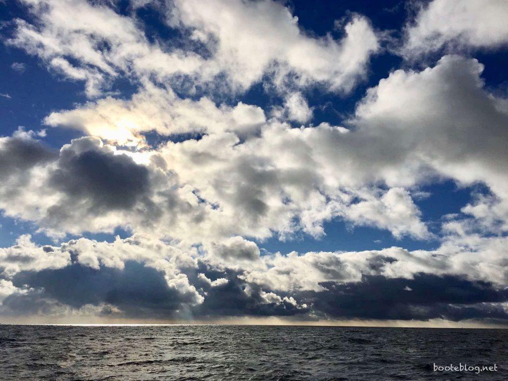 Ein prächtiges Spiel aus Wolken und Farben, Irgendwo auf der Nordsee im November.