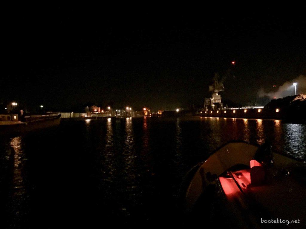 Einlaufen in den Hafen von Glückstadt, spätnachmittags in einer Dunkelheit, als wäre es spätabends.